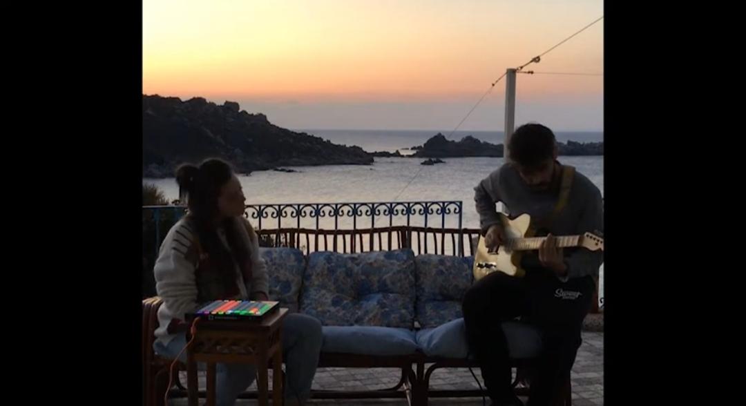 Daniela Pes - Luca Vargiu - cover - Beeside - Moochin' About - musicachenonsiferma - Angela Colombino - 2020 - Sa Scena Sarda